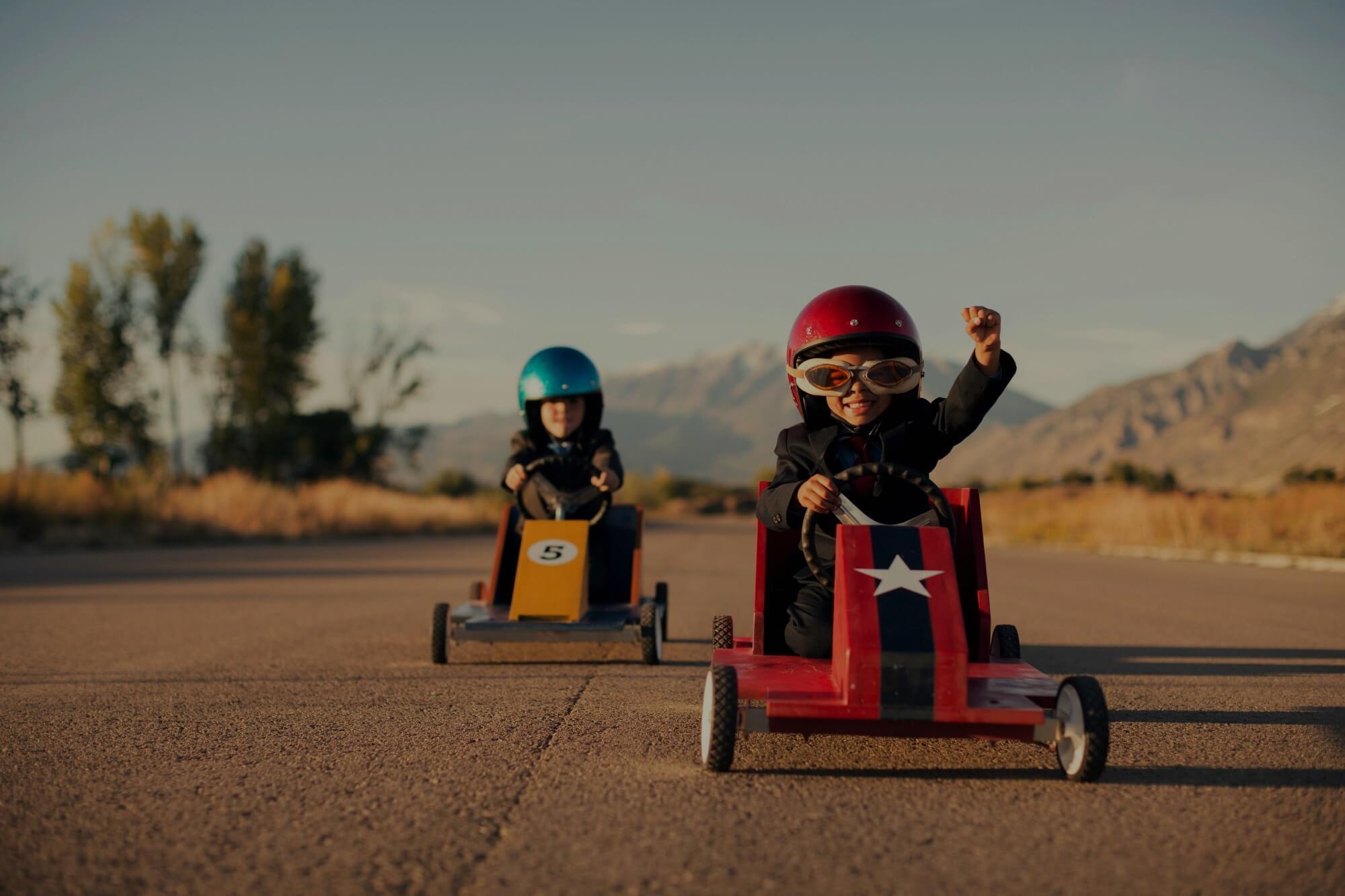 ילדים נוסעי במכוניות מרוץ