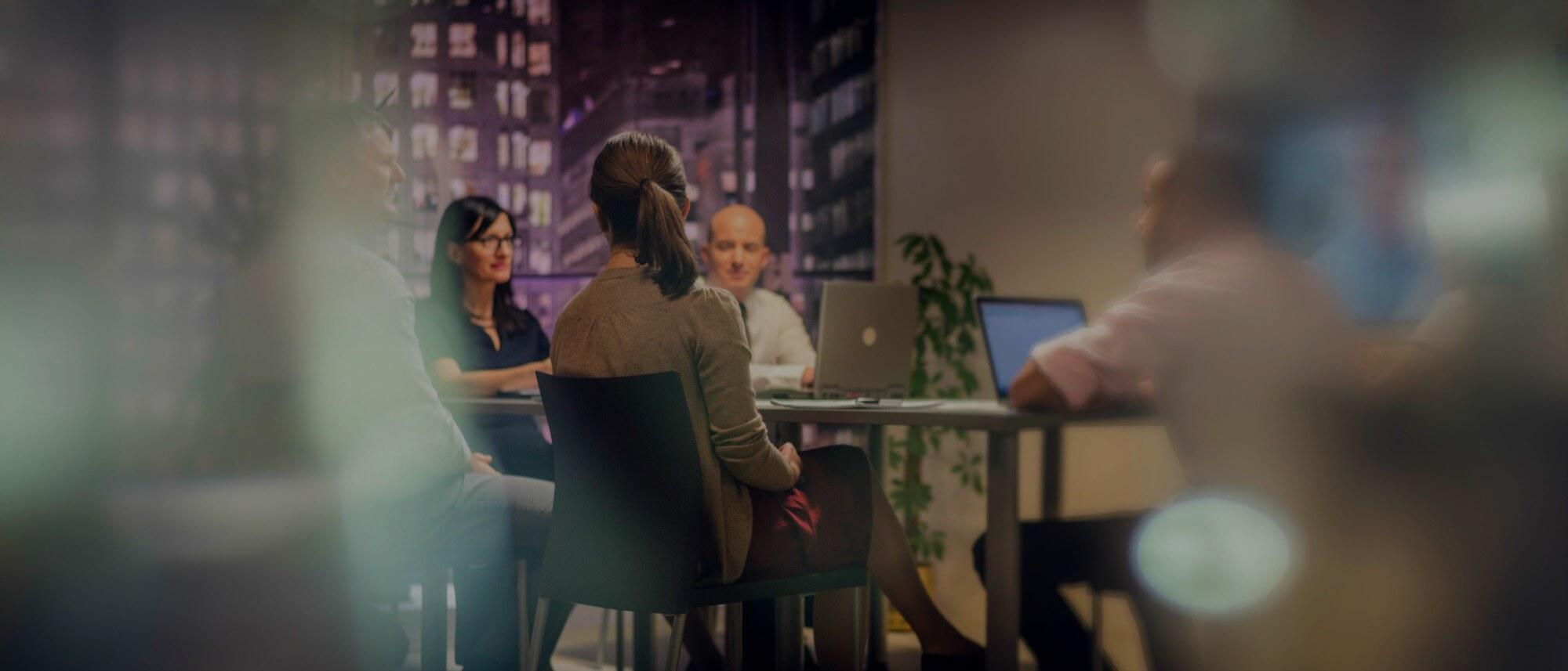 אנשי עסקים יושבים בשולחן