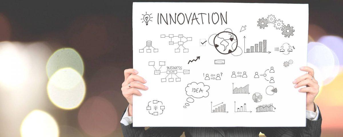 איש מחזיק שלט על חדשנות